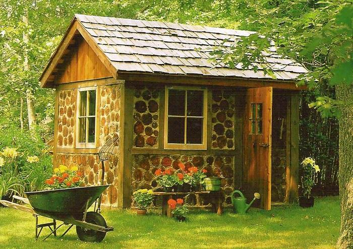 Небольшой домик, для возведения которого использовали поленья и глину.