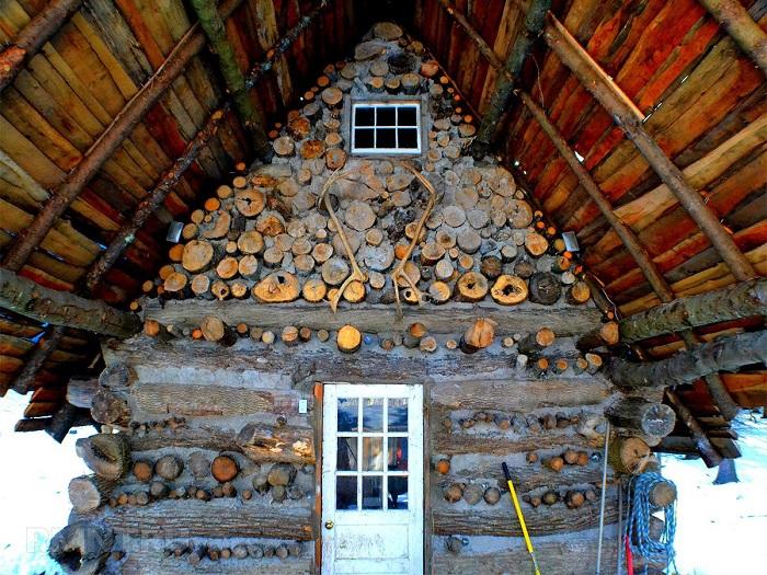 Использование деревянных брусов придаст надёжности зданию из дров и глины.