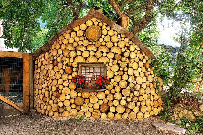 Маленький домик из глиночурки, который создаёт сказочную атмосферу на дачном участке.