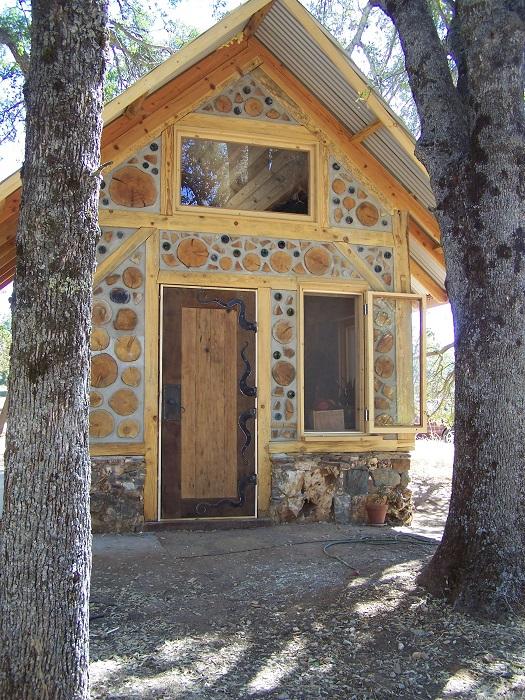 Загородный дом из глиночурки, который очень привлекателен своим необычным видом.