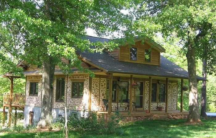 Комбинированный загородный дом, который был построен исключительно из натуральных материалов.