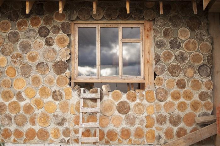 Сквозной метод строительной кладки предполагает, что глиняная смесь содержит в себе изоляционный материал.