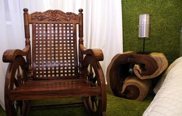 Деревянное кресло-качалка с вырезанными узорами прекрасно впишется практически в любой интерьер.