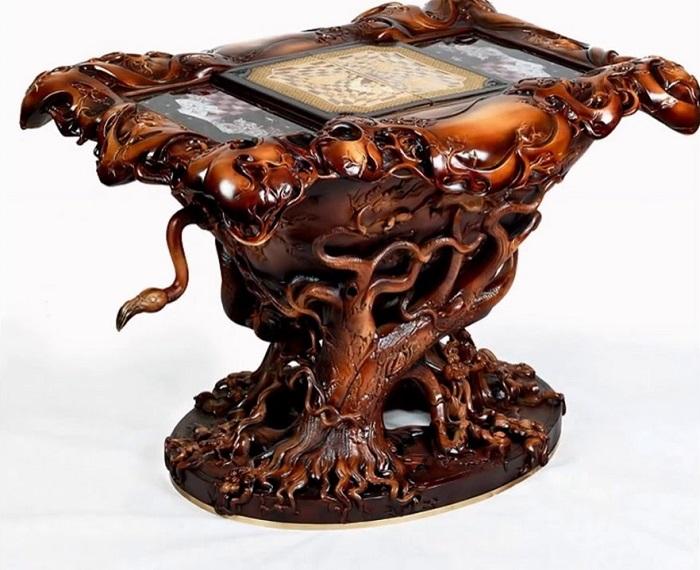 Резной деревянный шахматный стол ручной работы по мотивам сказки «Алиса в Стране Чудес».