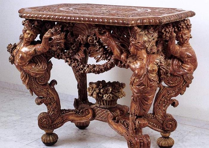 Роскошный резной стол ручной работы – результат кропотливого и творческого труда.