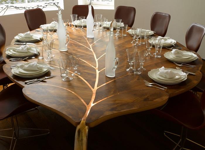 Деревянный обеденный стол, выполненный в форме изящного гигантского листа.