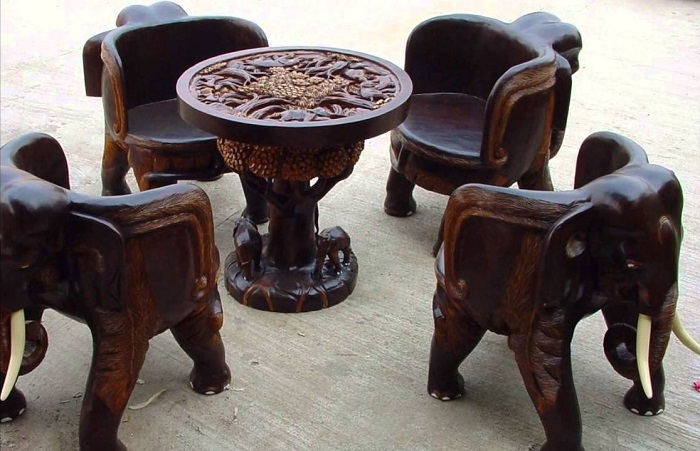 Комплект резной мебели в виде скульптур – модные детали для роскошного интерьера.