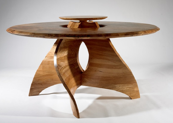 Креативный деревянный журнальный столик с плавными линиями.