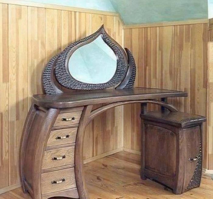 Оригинальное деревянное трюмо – интересное решения для спальни.