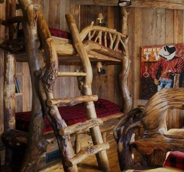 Креативная двухъярусная кровать из веток и изогнутых стволов дерева для создания сказочной атмосферы в детской.