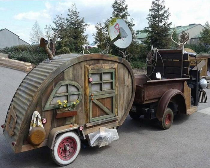Настоящий сказочный деревянный домик на колесах – воплощение детской мечты.