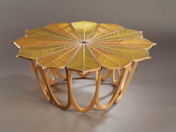 Изящный и устойчивый журнальный столик со столешницей в виде листьев.
