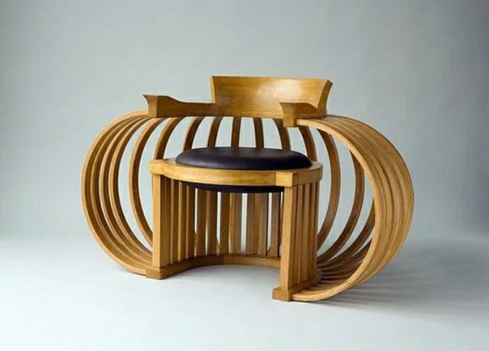 Фигурный стул из белого дуба с деревянными полукругами.