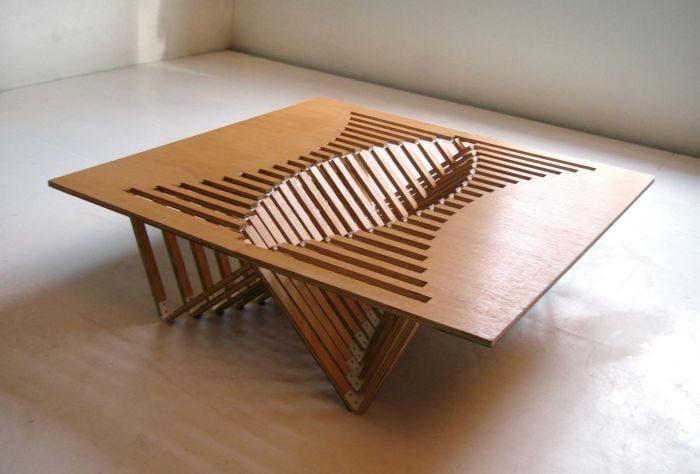 Деревянный стол-трансформер в раскрытом положении удерживается на ножках-подставках.