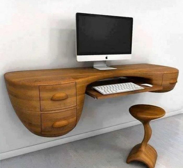 Необычный настенный компьютерный стол со стулом из натуральной древесины.