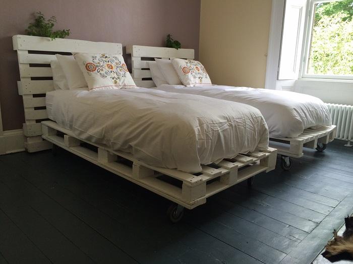 Кровать, для создания которой понадобятся несколько деревянных поддонов и хороший матрас.