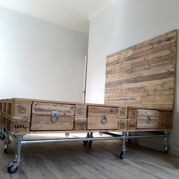 Интересное и необычное решение для организации спального пространства.