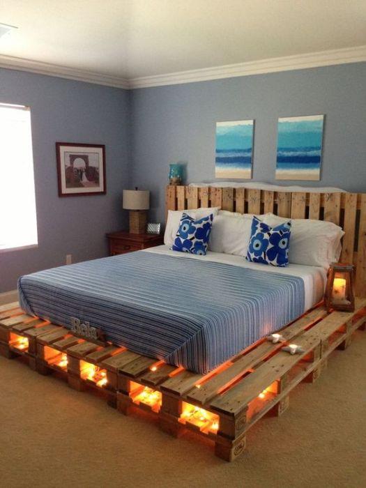 Кровать из деревянных поддонов с фантастической подсветкой, которая позволит создать романтическую обстановку.