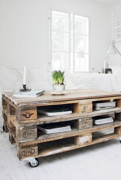 Помимо классического журнального столика из деревянных поддонов можно создать обеденный и письменный стол.