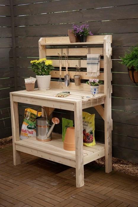 Деревянный столик для мелкого садового инструментария.