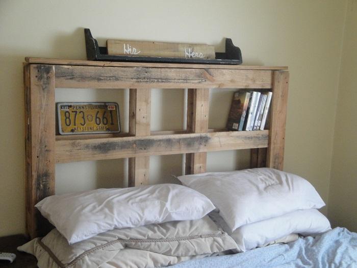 Изголовье из паллетов можно сделать для того, чтобы придать спальной комнате оригинальный и современный вид.