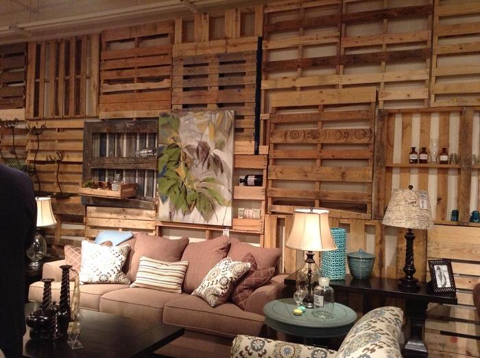 Старые поддоны, прикрепленные к стене, помогут обновить интерьер любого помещения без привлечения профессионалов.