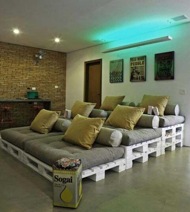 Современная стильная кровать с каркасом из деревянных поддонов и мягким ортопедическим матрасом.