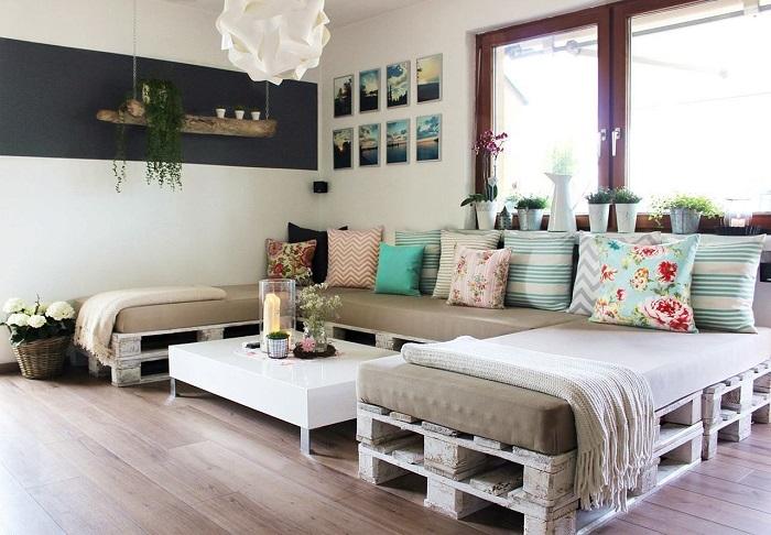Простой диванчик, который ничем не уступает современной фабричной мебели.