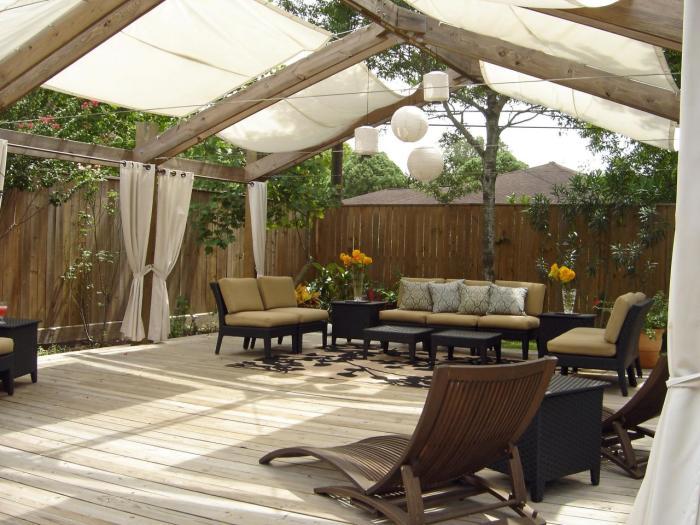 Терраса, которая по своей форме напоминает большую деревянную перголу.