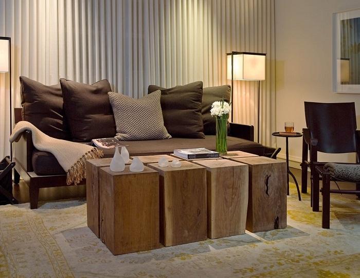 Современный журнальный столик в стиле кантри из больших деревянных кубиков.