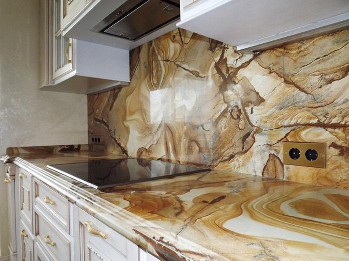 Оригинальная столешница из натурального камня - это прочный, долговечный и роскошный элемент декора.