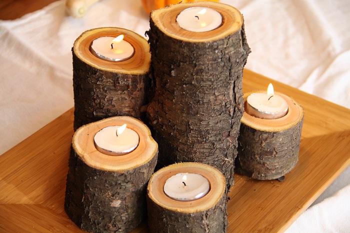 Из деревянных спилов можно легко создать оригинальные подсвечники, которые впишутся практически в любой современный интерьер.