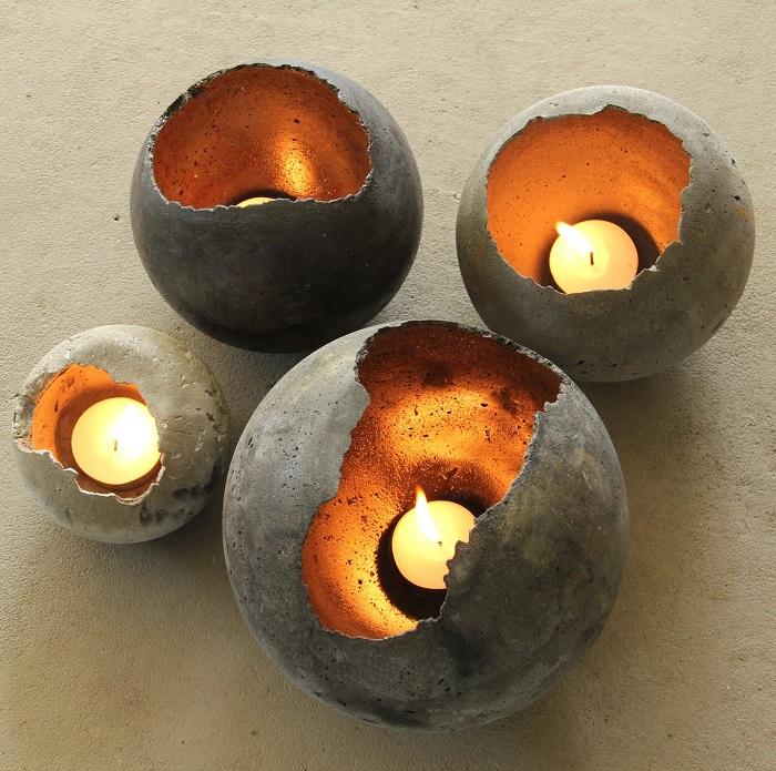 Сферические подсвечники из натурального камня, которые идеально впишутся в кантри и экостиль.