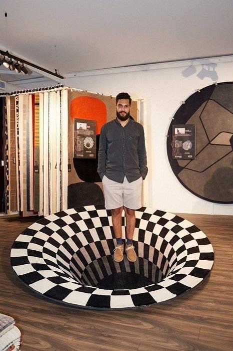 Современный дизайнерский ковер, который создает иллюзию дыры в полу.