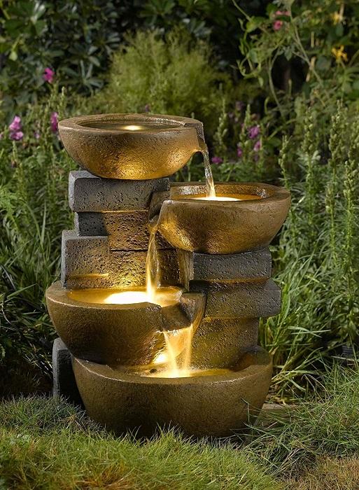 Необычное освещение светодиодами декоративного фонтана в восточном стиле.