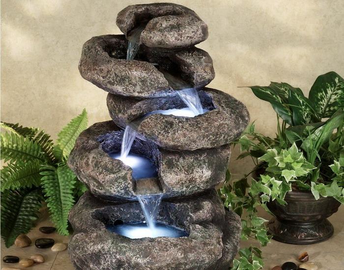 Декоративный водопад, выполненный из небольших каменных плит.
