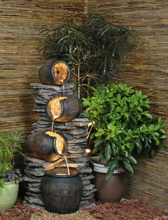 �скусственный водопад – это отличное украшение для садового участка.
