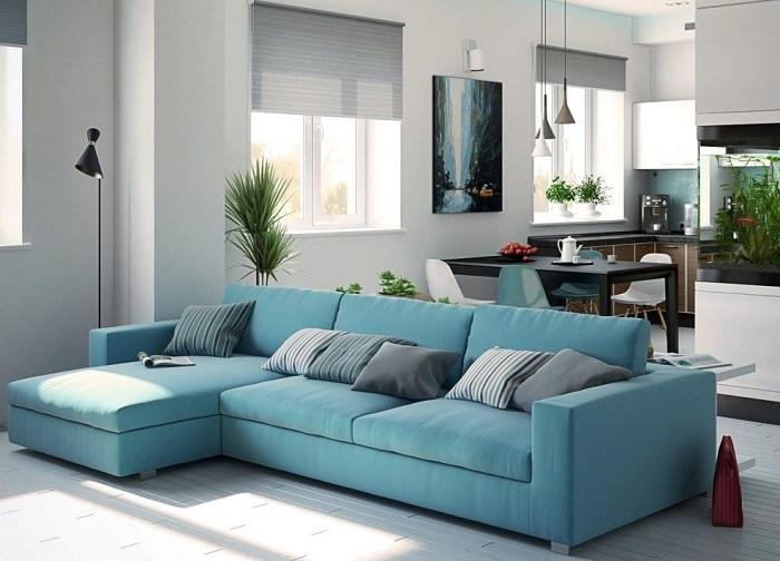 Журнальный столик, расположенный за спинкой дивана, сделает интерьер гостиной не только нестандартным, но и более функциональным.
