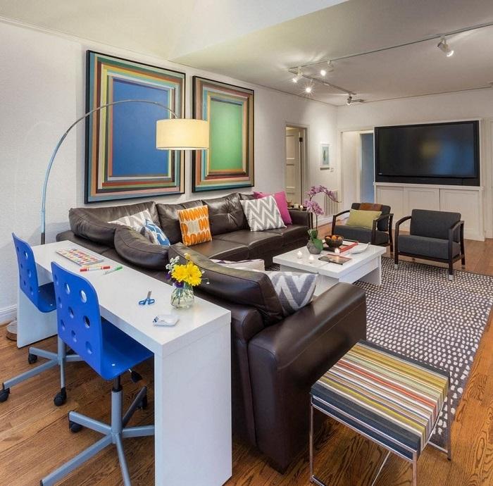 Консольный столик за спинкой дивана может легко заменить стандартную офисную мебель.