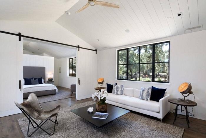 Классический вариант зонирования многофункциональной гостиной – раздвижные двери.