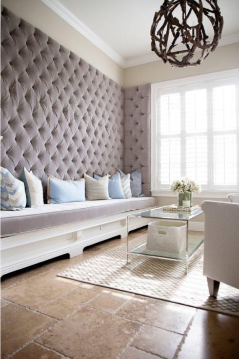 Отделка стен тканью поможет полностью преобразить интерьер вашей гостиной.