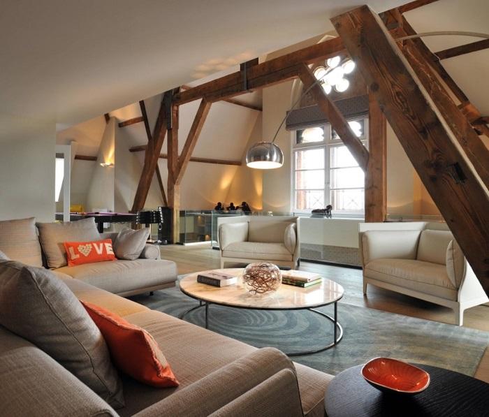 Впечатляющий пример функциональной гостиной с открытой планировкой.
