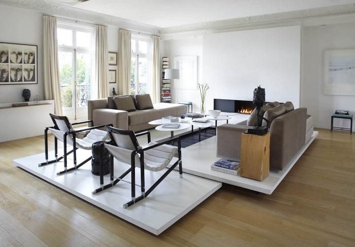 Специальная приподнятая платформа поможет выделить функциональную зону, сделав вашу гостиную оригинальной.