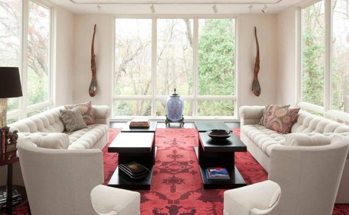 Пример парадной гостиной в восточном стиле с использованием бежевых тонов и яркого коврового покрытия.
