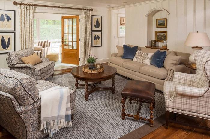 В интерьере классической гостиной можно успешно совмещать мягкую мебель с разными принтами.