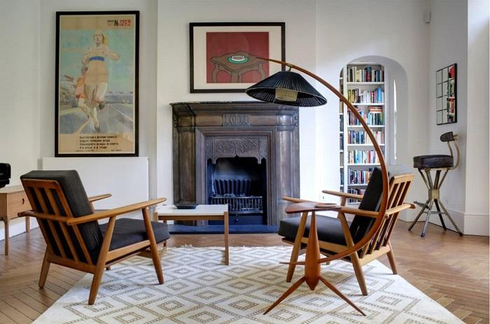Камин в стиле ар-нуво в сочетании с винтажными креслами и светильником добавит гостиной «исторического» содержания.