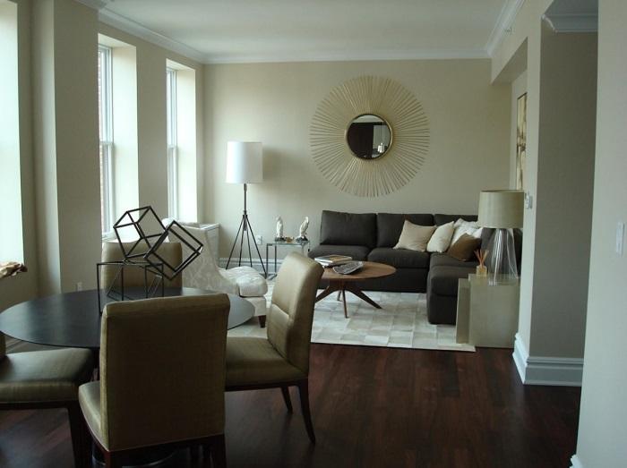 Круглые предметы мебели в узкой гостиной помогут визуально изменить пропорции комнаты.