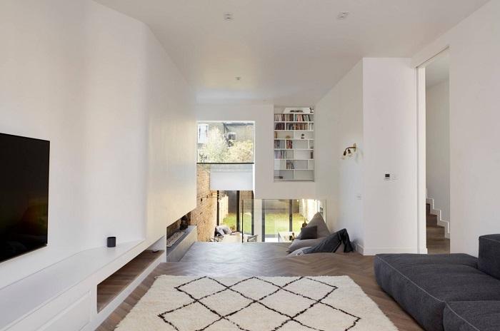 Зонирование с помощью разных уровней отлично подойдет для просторных гостиных с высоким потолком.