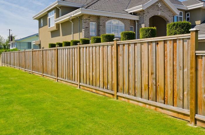 Деревянный забор наилучшим образом дополнит ландшафтный дизайн садового участка.