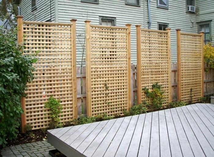 Часто забор в виде деревянной решетки применяют в ландшафтном дизайне.
